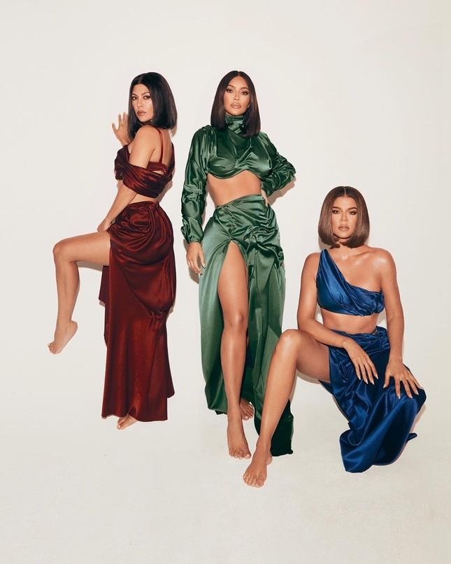 Chị em nhà Kardashian khoe dáng 'đồng hồ cát' quyến rũ ảnh 2