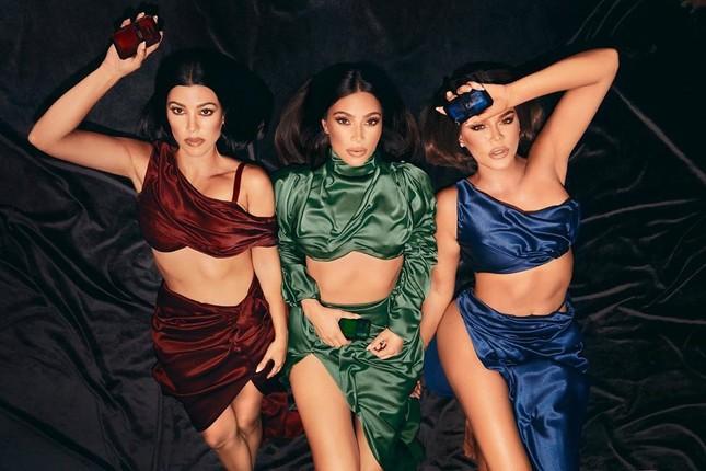 Chị em nhà Kardashian khoe dáng 'đồng hồ cát' quyến rũ ảnh 4