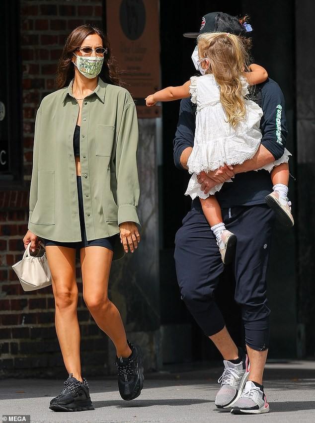 Mỹ nhân Nga Irina Shayk và thiên thần nội y Stella Maxwell khoe chân dài trên phố ảnh 12