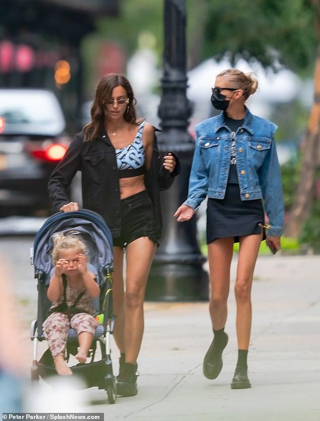 Mỹ nhân Nga Irina Shayk và thiên thần nội y Stella Maxwell khoe chân dài trên phố ảnh 2