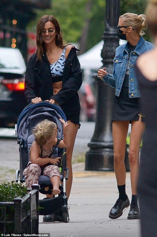 Mỹ nhân Nga Irina Shayk và thiên thần nội y Stella Maxwell khoe chân dài trên phố ảnh 3