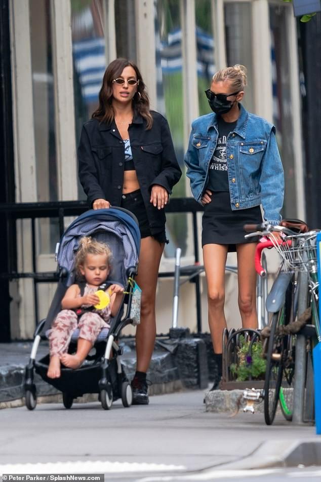 Mỹ nhân Nga Irina Shayk và thiên thần nội y Stella Maxwell khoe chân dài trên phố ảnh 5