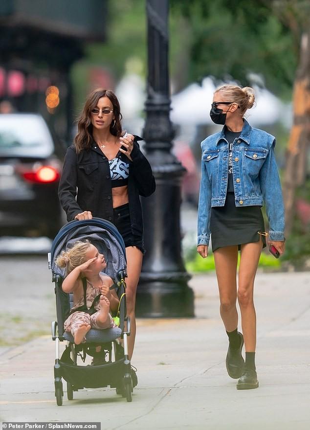 Mỹ nhân Nga Irina Shayk và thiên thần nội y Stella Maxwell khoe chân dài trên phố ảnh 7