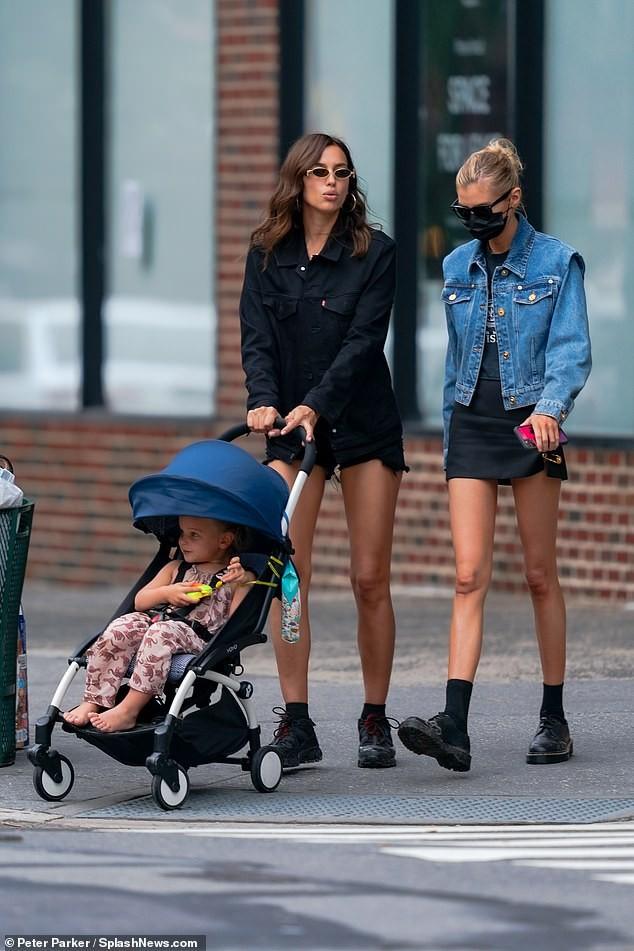 Mỹ nhân Nga Irina Shayk và thiên thần nội y Stella Maxwell khoe chân dài trên phố ảnh 8