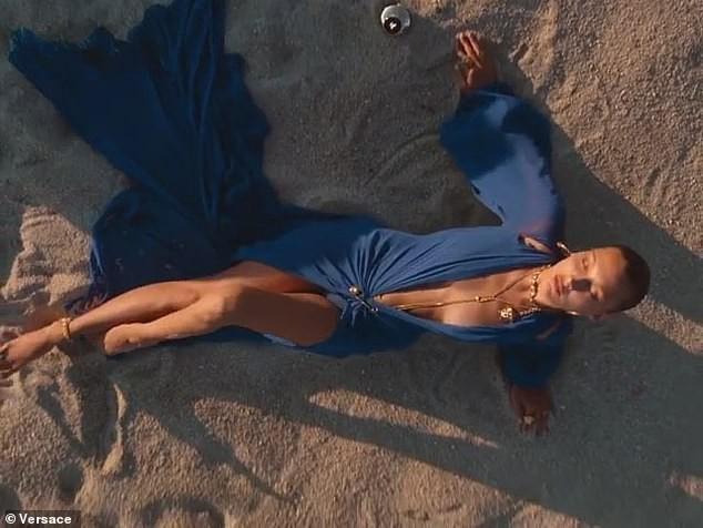 Bella Hadid cùng vợ Justin Bieber quyến rũ tựa nữ thần trên biển ảnh 7