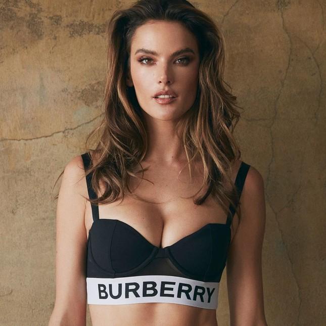 Alessandra Ambrosio eo thon ngực đầy với bikini Burberry ảnh 3
