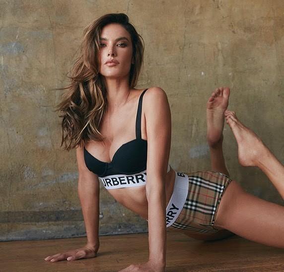 Alessandra Ambrosio eo thon ngực đầy với bikini Burberry ảnh 1