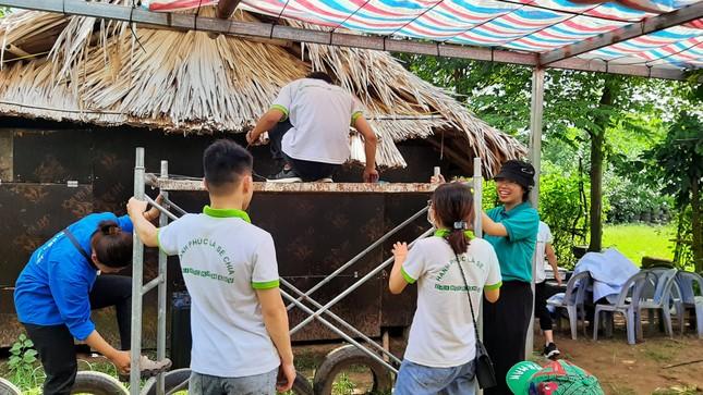 Mang Trung thu yêu thương tới xóm chài nghèo ở Hà Nội ảnh 1