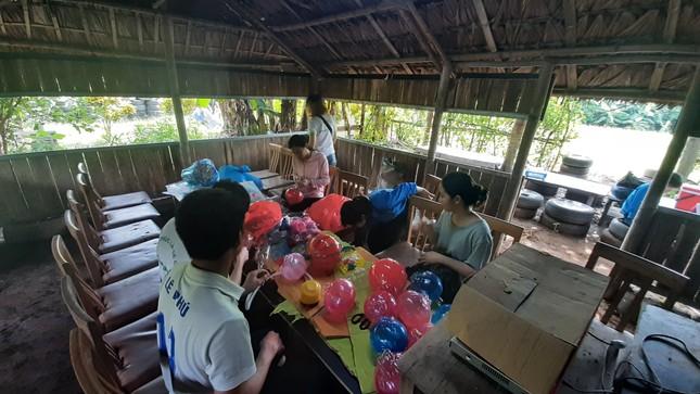 Mang Trung thu yêu thương tới xóm chài nghèo ở Hà Nội ảnh 2
