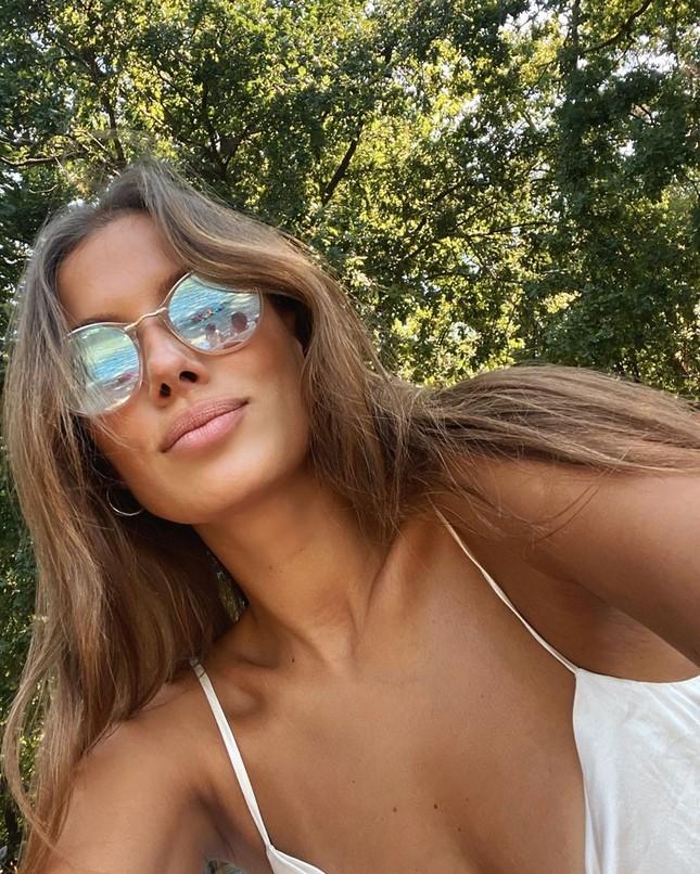 Bạn gái Brad Pitt rạng ngời với nụ cười tỏa nắng ảnh 11