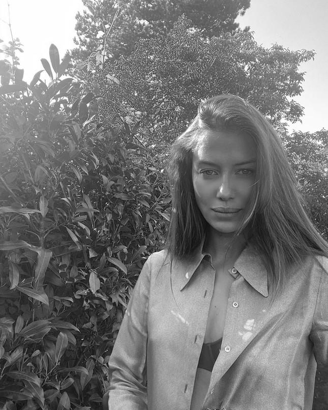 Bạn gái Brad Pitt rạng ngời với nụ cười tỏa nắng ảnh 5
