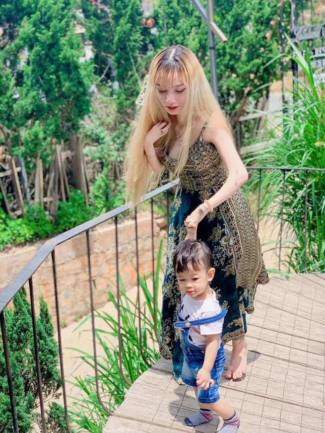 Mẹ đơn thân ở Đà Lạt chăm con, trang điểm bằng chân ảnh 2