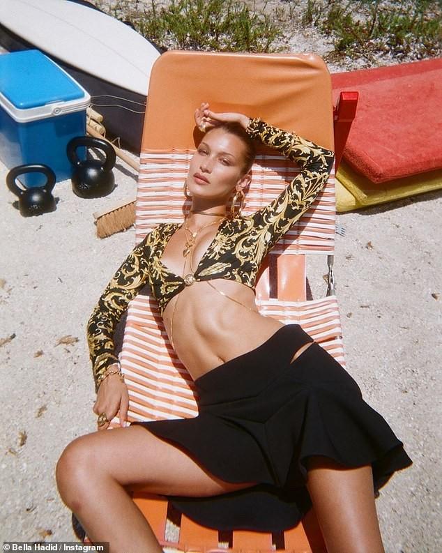 Bella Hadid đẹp hút hồn trong ảnh bikini rực lửa ở biển ảnh 20