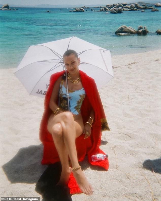 Bella Hadid đẹp hút hồn trong ảnh bikini rực lửa ở biển ảnh 21