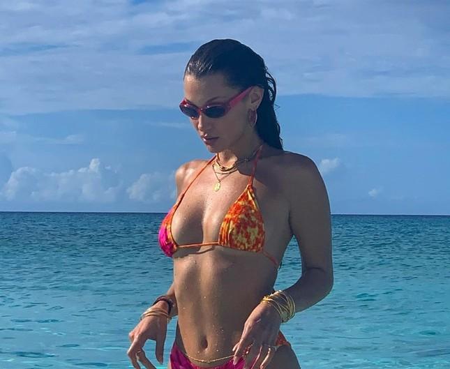 Bella Hadid đẹp hút hồn trong ảnh bikini rực lửa ở biển ảnh 6