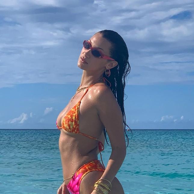 Bella Hadid đẹp hút hồn trong ảnh bikini rực lửa ở biển ảnh 3