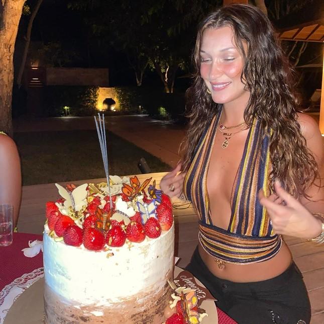Bella Hadid đẹp hút hồn trong ảnh bikini rực lửa ở biển ảnh 12