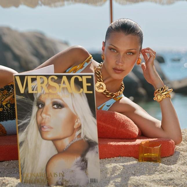 Bella Hadid đẹp hút hồn trong ảnh bikini rực lửa ở biển ảnh 17