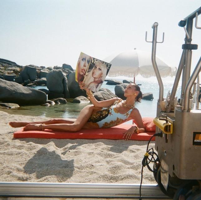 Bella Hadid đẹp hút hồn trong ảnh bikini rực lửa ở biển ảnh 18