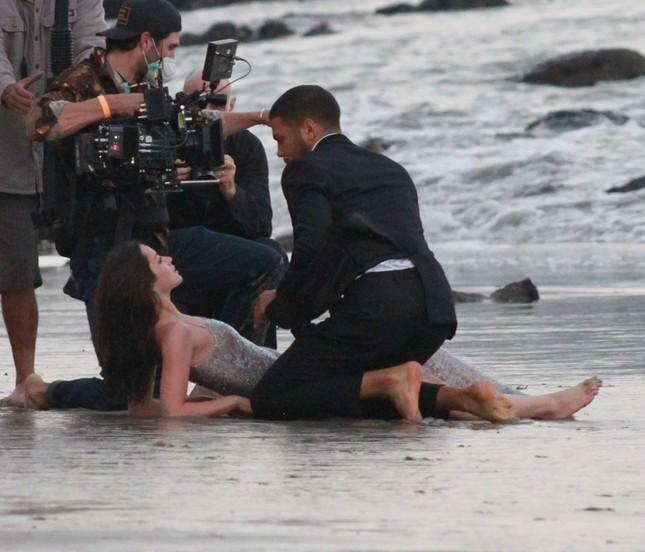 'Bond Girl' Ana De Armas 'khóa môi' tình tứ trai lạ trên biển ảnh 11