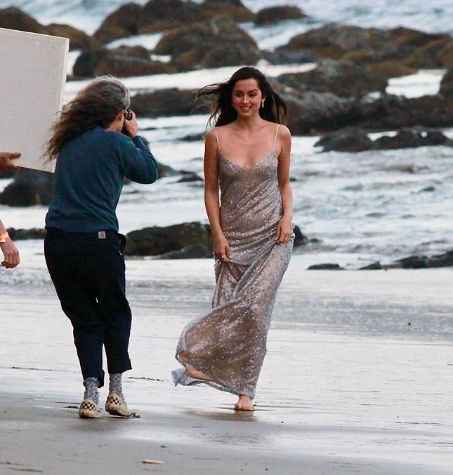 'Bond Girl' Ana De Armas 'khóa môi' tình tứ trai lạ trên biển ảnh 5