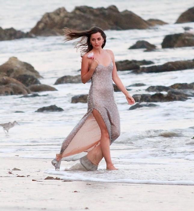 'Bond Girl' Ana De Armas 'khóa môi' tình tứ trai lạ trên biển ảnh 3
