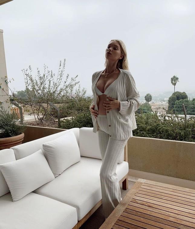 Thiên thần nội y Elsa Hosk mặc bikini khoe bụng bầu ở biển ảnh 7