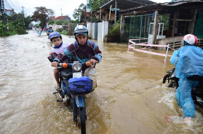 Giải cứu thành công 13 công nhân mắc kẹt giữa sông ở Quảng Ngãi ảnh 1