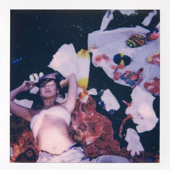 Bella Hadid chụp ảnh ngực trần táo bạo 'bỏng mắt' ảnh 15