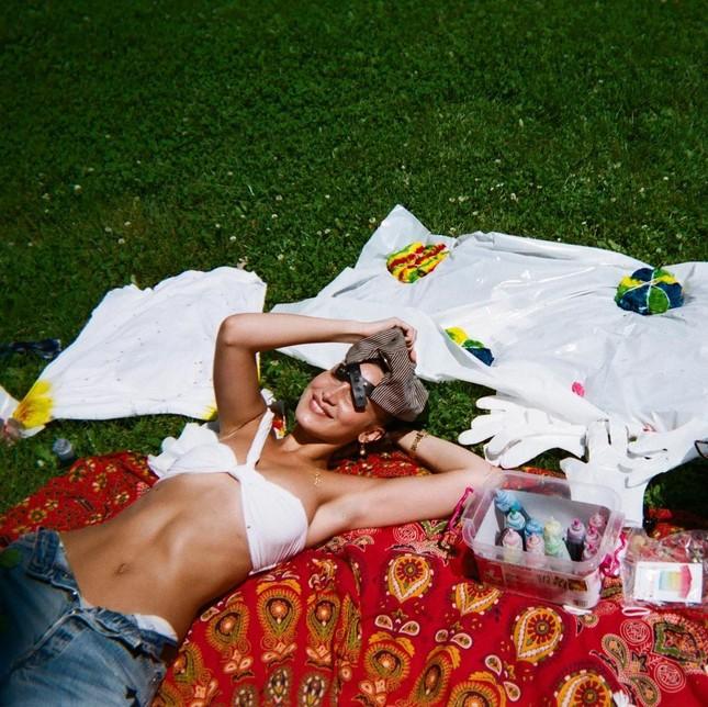 Bella Hadid chụp ảnh ngực trần táo bạo 'bỏng mắt' ảnh 21