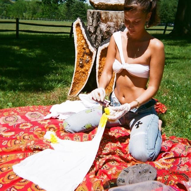 Bella Hadid chụp ảnh ngực trần táo bạo 'bỏng mắt' ảnh 17