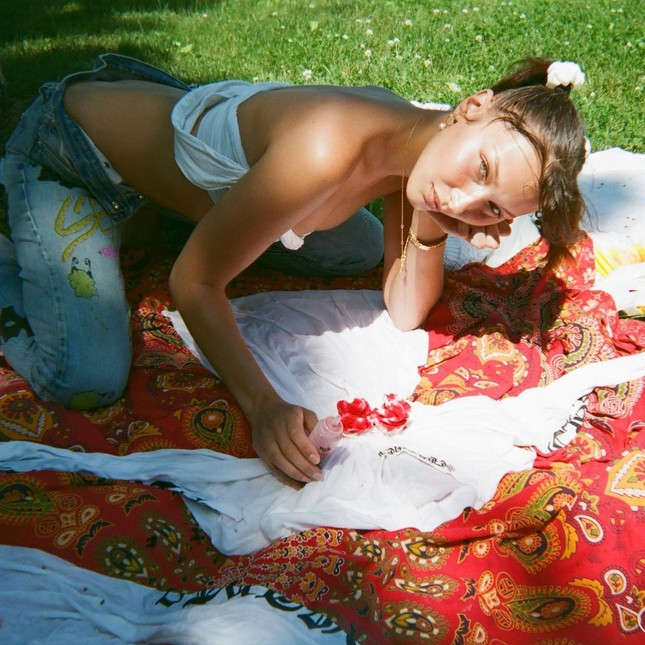 Bella Hadid chụp ảnh ngực trần táo bạo 'bỏng mắt' ảnh 18