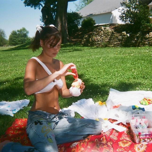 Bella Hadid chụp ảnh ngực trần táo bạo 'bỏng mắt' ảnh 19