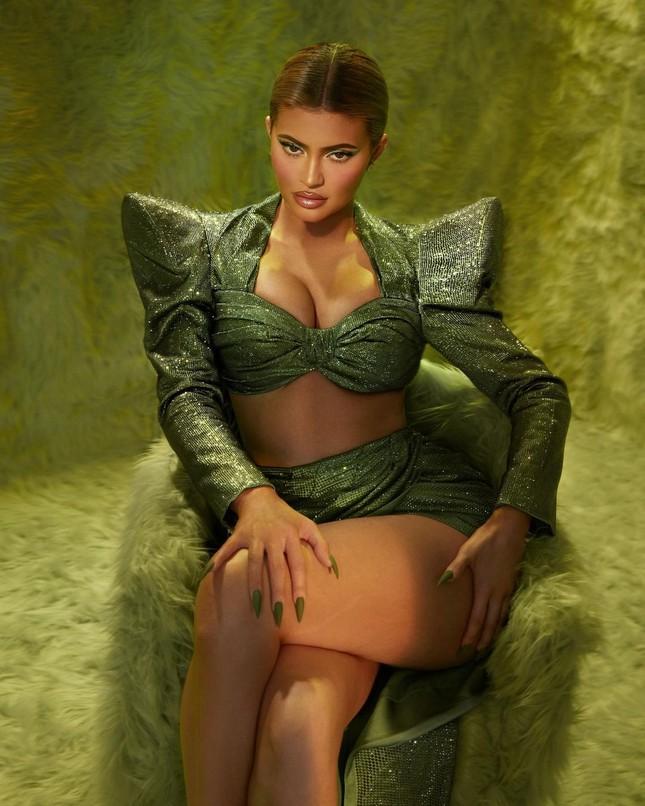 Em út tỉ phú nhà Kardashian diện áo chẽn tôn eo thon ngực đầy ảnh 6