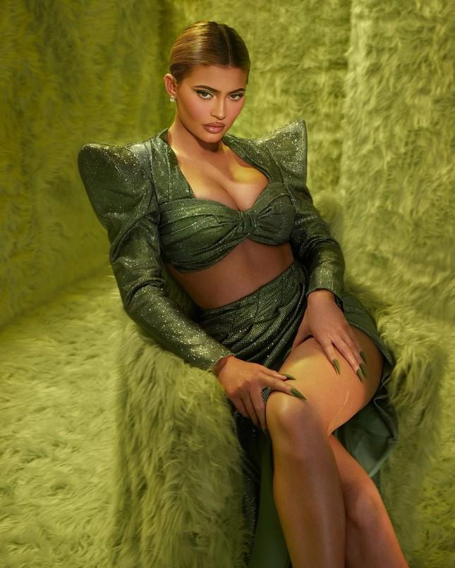 Em út tỉ phú nhà Kardashian diện áo chẽn tôn eo thon ngực đầy ảnh 7