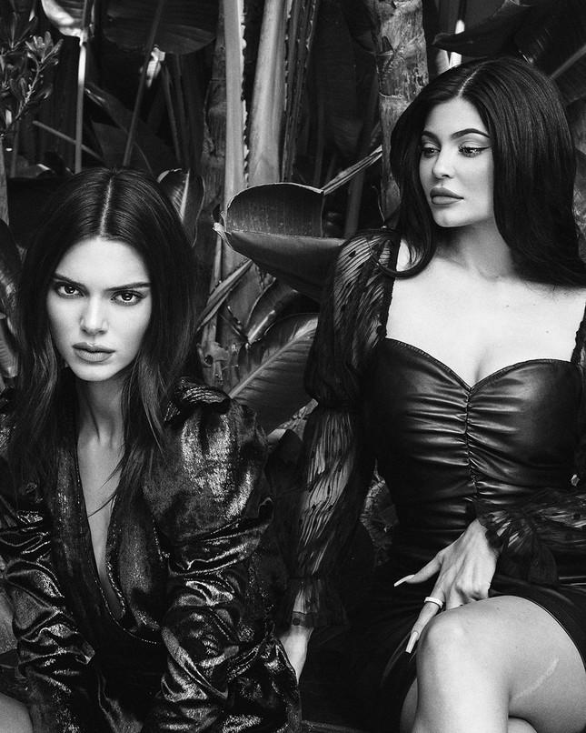 Em út tỉ phú nhà Kardashian diện áo chẽn tôn eo thon ngực đầy ảnh 9
