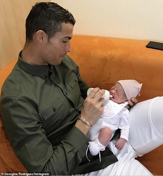 Bạn gái Ronaldo diện nội y nóng bỏng gây 'bão' mạng ảnh 8