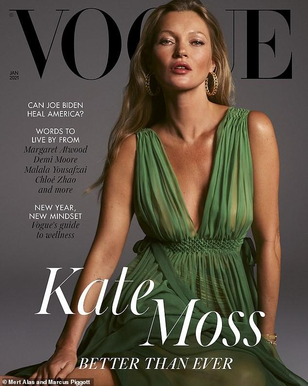 Huyền thoại làng mốt Kate Moss U50 diện váy khoét ngực sâu trẻ trung bất ngờ ảnh 1