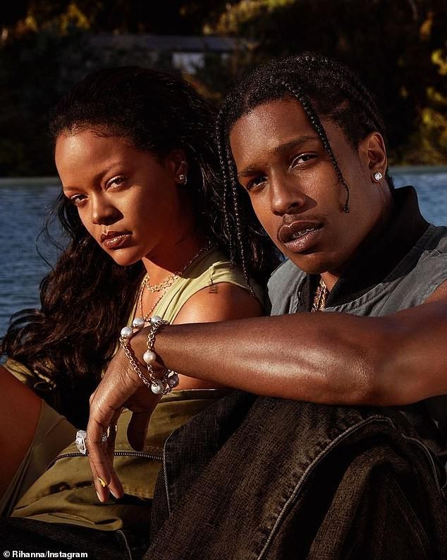 Rihanna bốc lửa với nội y Giáng sinh ảnh 10