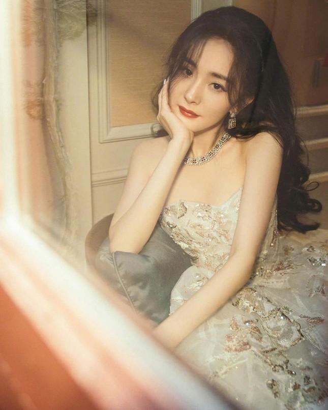 Ngắm quý cô độc thân xinh đẹp Dương Mịch 'phủ sóng' hình ảnh khắp mạng xã hội ảnh 20