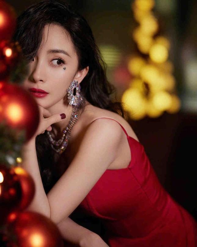 Ngắm quý cô độc thân xinh đẹp Dương Mịch 'phủ sóng' hình ảnh khắp mạng xã hội ảnh 1
