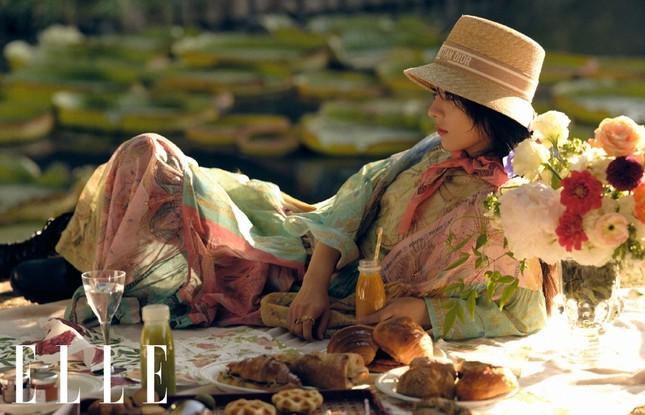 Triệu Lệ Dĩnh trẻ xinh ngỡ ngàng trên Elle số tân niên 2021 ảnh 8