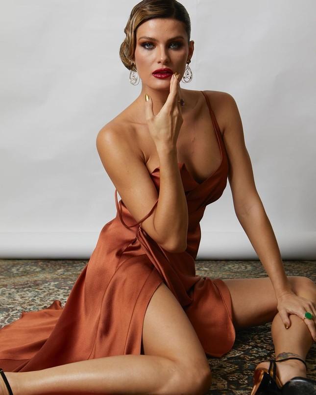 Sắc vóc trẻ trung của mỹ nhân áo tắm Brazil Isabeli Fontana ảnh 14