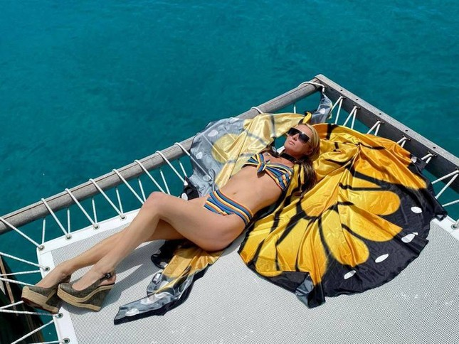 Ảnh bikini siêu gợi cảm của Paris Hilton ở đảo thiên đường ảnh 10