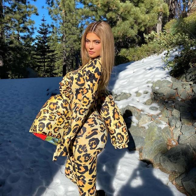 Kylie Jenner mặc váy bó sát 'nghẹt thở' tạo dáng bên biệt thự triệu đô ảnh 8