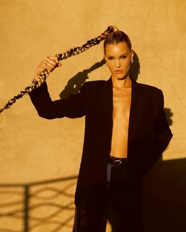 Ngắm đường cong 'nảy lửa' của siêu mẫu tóc vàng Joy Corrigan ảnh 3