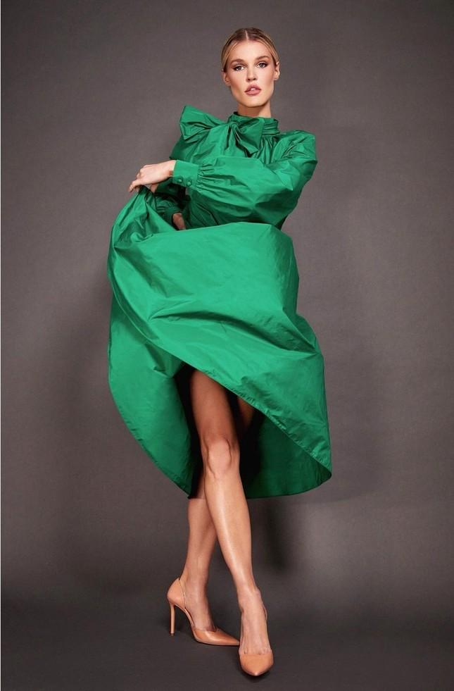 Ngắm đường cong 'nảy lửa' của siêu mẫu tóc vàng Joy Corrigan ảnh 15