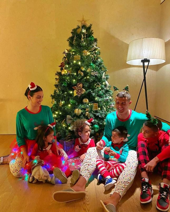Dàn người đẹp nô nức khoe ảnh gợi cảm, quây quần bên gia đình đón Giáng sinh ảnh 9