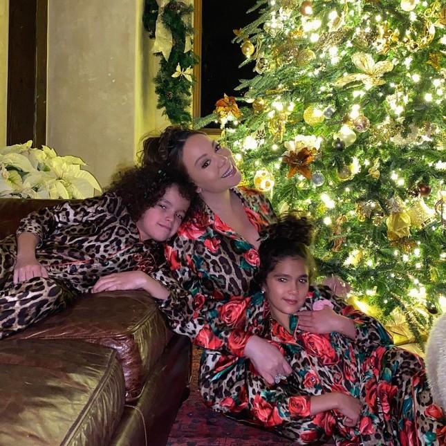 Dàn người đẹp nô nức khoe ảnh gợi cảm, quây quần bên gia đình đón Giáng sinh ảnh 2