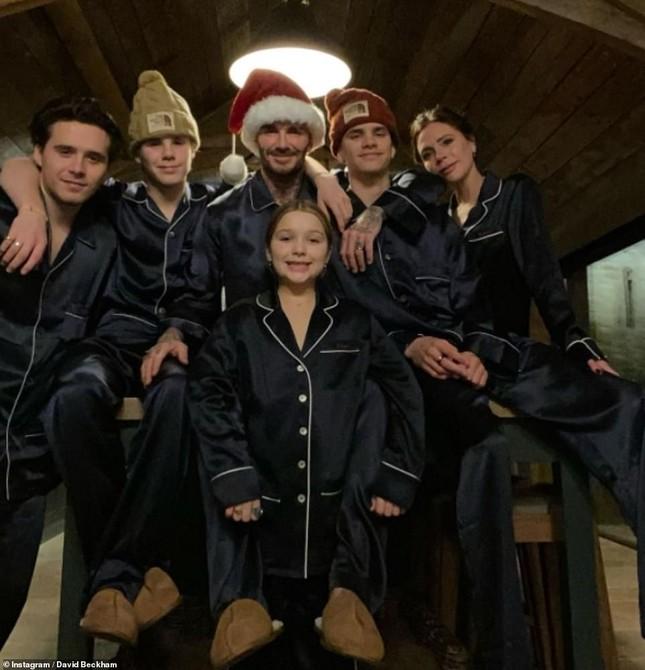 Dàn người đẹp nô nức khoe ảnh gợi cảm, quây quần bên gia đình đón Giáng sinh ảnh 11